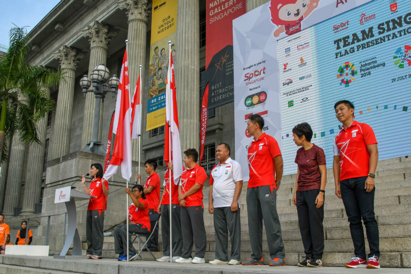 TeamSG swimmer Amanda Lim leading the athletes' pledge while CDMs and Flag Bearers for the AG APG and YOG look on